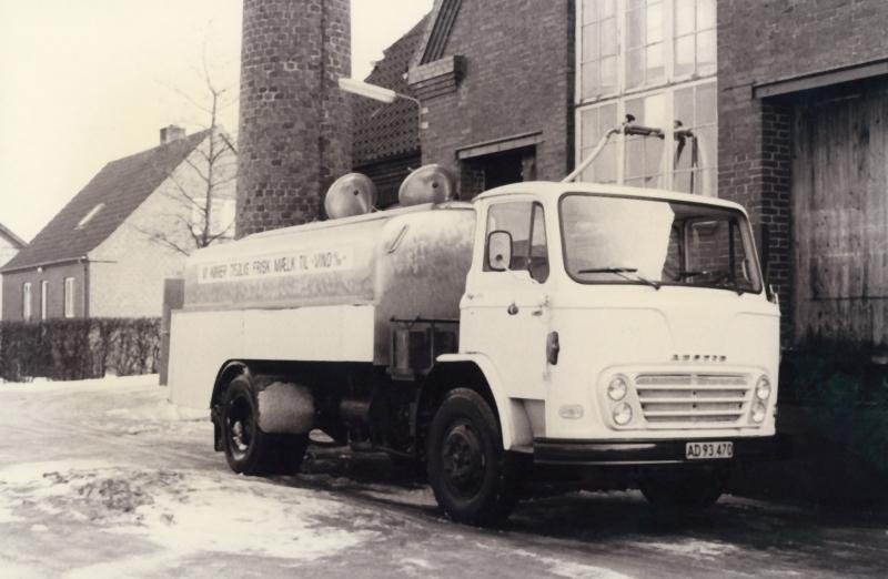 Mælkebilen er ankommet. Bemærk teksten på siden af tanken: 'Vi kører dejlig frisk mælk til Vind A/M'.