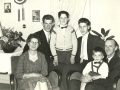 Tømrer i Vind Stationsby, Milter Andersen (1911-1992) og hustru Grethe 'Milter' Andersen (f. Kristensen, 1913-2012) fotograferet med deres fire sønner, fra venstre: Leif Andersen (1940-2018), Flemming Andersen, John Andersen og Per Andersen. Omkring 1960.