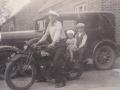 Jens 'Thybo' fremviser stolt sin motorcykel. Bag ham Leo Hedegaard Gravesen og Svend Aage Bertelsen (1929-2014). I baggrund holder postomdeler Bertelsens Pontiac, den første personbil i Vind. Slutningen af 1930'erne. For yderligere oplysninger, se menupunktet 'Vind i billeder' -> 'Månedens billede, marts 2015'.