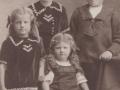 Børn af gårdmand i Nørgård, Jens Christian Bilgrav (1874-1950) og hans første hustru Sidsel Bilgrav (f. Poulsen, 1876-1913). Stående fra venstre Andrea Petrea Bilgrav (g. Langballe, 1909-1974), Pouline Kirstine Bilgrav (g. Hansen, 1905-1987) og Niels Damtoft Bilgrav (f. 1903). Siddende Madsine Bilgrav (f. 1912). Omkring 1917.