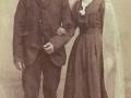 Arbejdsmand i Vind Kirkeby, Christen 'Bundgaard' Madsen Christensen (1867-1940) og Karen Røjkjær Nielsen (g. 'Bundgaard' Christensen, 1879-1954) fotograferet på deres bryllupsdag i 1903.