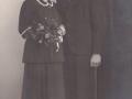 Husmand og planteskoleejer i Kristiansminde, Anders Peder Damgaard (1924-2005) og Ilse Margarethe Harm (g. Damgaard, 1921-1998) fotograferet på deres bryllupsdag i 1949.
