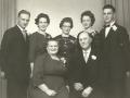 Bertel Pedersen Daather (1905-1963) fotograferet med sin hustru Hilma Marie Daather (f. Hermansen, 1908-1997) og deres fem børn. Fra venstre Henry (1934-2000), Edith (g. Hansen, 1931-1990), Bente, Ingrid og Verner (1938-1999). Årtal ukendt.