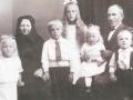 Husmand i Frydendal, Kristen Frydendal (1883-1977), enkemand efter første ægteskab med Mariane Frydendal (f. Poulsen, 1884-1925), fotograferet med sin mor Else Katrine Frydendal (f. Jensen, 1847-1939) og sine fem børn omkring 1925. Fra venstre: Jenny Marion Frydendal (g. Bækdahl, 1919-2003), Karl Frydendal (1917-2001), Marie Kathrine Frydendal (g. Nørgaard, 1915-2013), Else Irene Frydendal (g. Larsen) og Svend Ejnar Frydendal (1920-1992).