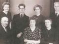 Husmand i Frydendal, Kristen Frydendal (1883-1977), enkemand efter andet ægteskab med Katrine Frydendal (f. Jensen, 1900-1933), fotograferet med sine seks børn i midten af 1940'erne. Forrest i midten Else Irene Frydendal (g. Larsen) og Marie Kathrine Frydendal (g. Nørgaard, 1915-2013) til højre. Bagest fra venstre: Jenny Marion Frydendal (g. Bækdahl, 1919-2003), Svend Ejnar Frydendal (1920-1992), Mariane Paula Frydendal (g. Højberg) og Karl Frydendal (1917-2001).