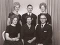 Gårdmand i Gammelvind, Thue Gammelvind (1910-2000) og hustru Eleonora Kristine Gammelvind (f. Troldtoft, 1914-1999) fotograferet med deres børn i forbindelse med deres sølvbryllup i 1962. Stående fra venstre Inga Gammelvind (g. Sørensen, 1942-2017), Jens Gammelvind og Asta Gammelvind (1947-2010), forrest til venstre Henny Gammelvind (g. Søndergaard).