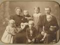 Gårdmand i Gammelvind, Jens Gammelvind (1876-1966) og hustru Mariane Gammelvind (f. Thomsen, 1876-1952) fotograferet med deres ældste børn omkring 1918. Børnene er fra venstre Margrethe Gammelvind (1913-1941), Søren Gammelvind (1916-1999) hos sin mor, stående i baggrund Anna Gammelvind (g. Schultz, 1908-1950), siddende foran hende Thue Gammelvind (1910-2000) og Oskar Gammelvind (1915-1979) hos sin far. Datteren Selma Gammelvind var død få måneder gammel i 1912 og efter billedet blev taget blev yngstesønnen Kristian Gammelvind født i 1918.