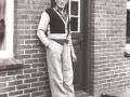 Gårdmand i Gammelvind, Thue Gammelvind (1910-2000) fotograferet på stuehusets trappe. Årstal ukendt.