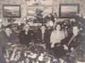 Købmand Niels Mourids Halkjær (1893-1965) og hustru Inger Marie 'Mitte' Halkjær (f. Jensen, 1901-1988) fotograferet i forbindelse med deres sølvbryllup i 1949. Til venstre sønnen Gunnar Halkjær (1926-1997), i midten Anders Aage Halkjær og til højre Knud Erik Halkjær (1930-1999).