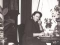 Inger Marie 'Mitte' Halkjær (f. Jensen, 1901-1988) fotograferet ved omstillingsbordet i telefoncentralen, der var indrettet i samme ejendom som Halkjærs købmandsforretning. Årstal ukendt. For yderligere oplysninger, se menupunktet 'Vind i billeder' -> 'Månedens billede, november 2016'.