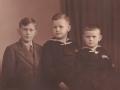Købmand Halkjærs tre sønner. Fra venstre Gunnar Halkjær (1926-1997), Knud Erik Halkjær (1930-1999) og Anders Aage Halkjær. Omkring 1940.