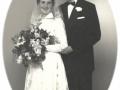Senere mangeårig købmand i Vind, Knud Erik Halkjær (1930-1999) og Anna Margrethe Bæk (g. Halkjær) fotograferet på deres bryllupsdag i 1956.