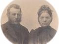 Gårdmand i Vester Skovgård, Jens Iversen (1859-1913) og hustru Mette Marie Iversen (f. Mohrsen, 1843-1911). Årstal ukendt.