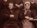 Gårdmand i Vester Skovgård, Jens Iversen (1859-1913) og hustru Mette Marie Iversen (f. Mohrsen, 1843-1911) fotograferet med hendes tre døtre af første ægteskab med husmand i Skovgårdhus, Mogens Christian Thomsen (1838-1876). Bagest fra venstre Ane Kathrine Thomsen (g. Jensen, 1869-1947), Ane Thomsen (1874-1954) og Karen Thomsen (g. Christensen, 1876-1962). Årstal ukendt.