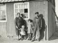 Husmand i Troldtoft, senere fiskehandler på Skovgård hede, Sigurd Aleksander Jeppesen (1904-1982) og hustru Dagny Jeppesen (f. Bruun, 1903-1953) og deres to døtre, Anna Marie og Ella Ruth. Omkring 1940.