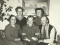 Tømrermester i Vind Stationsby, senere bosiddende i Sørvad, Jens Christian Andersen (1899-1991) og hustru Ingeborg Stjernholm Andersen (f. Pedersen, 1906-1986) fotograferet med deres tre børn: Karen Margrethe 'Grethe' Stjernholm Andersen (g. Jensen, 1928-2014) til venstre, Egon Stjernholm Andersen i midten og Lilian Stjernholm Andersen (g. Sørensen, 1942-2017) til højre. Midten af 1950'erne.