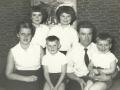 Vognmand i Vind Stationsby, Sven-Egon Hedegaard Jensen (1925-1983) og hustru Karen Margrethe 'Grethe' Stjernholm Jensen (f. Andersen, 1928-2014) fotograferet med deres fire børn. Bagest til venstre Lissi Stjernholm (f. Jensen, 1947-2013) og Conny Stjernholm Jensen til højre. Forrest i midten Steen Stjernholm Jensen og Heine Stjernholm Jensen til højre. Omkring 1960.