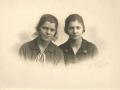 Søstrene Else Lydia Jensen (g. Sønderby, 1911-1996) og Anna Ingeborg Jensen (1913-1997), Vind Kirkeby, købmand Jensens døtre. Årstal ukendt.