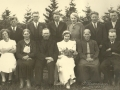 Gårdmand i Mikkelborg, Jens Jensen (1868-1942) og hustru Laura Margrethe Jensen (f. Andersen, 1870-1947) fotograferet med deres ti børn ved datteren Dagmars bryllup i 1937. Forrest fra venstre Ane Johanne Jensen (g. Nielsen, 1901-1955), Kristine Jensen (g. Rasmussen, 1894-1979), Jens 'Mikkelborg' Jensen, Jenny Laurine Dagmar Jensen (g. Hansen, 1907-1983), Laura Margrethe Jensen og Peder Jensen (1896-1987). Bagest fra venstre Jens Kristian Jensen (1904-1971), Karl Jensen (1899-1961), Valdemar Jensen (1909-1991), Alma Asmine Jensen (g. Jeppesen, 1914-2004), August Julius Jensen (1905-1993) og Gunnar Ludvig Jensen (1911-1946). For yderligere oplysninger, se menupunktet 'Vind i billeder' -> 'Vi behøver din hjælp, juni 2014'.