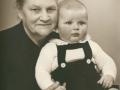 Andrea Jeppesen (f. Jeppesen, 1887-1966), enke efter Peder 'Vestergaard' Jeppesen (1869-1941), fotograferet med sønnesønnen Henning. Omkring 1956.