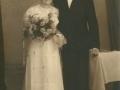 Datter af gårdmand Peder 'Vestergaard' Jeppesen, Anna Petrine Jeppesen (g. Nielsen, 1912-1987) og husmand i Fjelstervang, Aage Hagbart Nielsen (1911-1995) fotograferet på deres bryllupsdag i 1939.