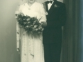 Datter af gårdmand Peder 'Vestergaard' Jeppesen, Kathrine Jeppesen (g. Steffensen, 1914-1997) og rejsebud i Hedensted, Georg Steffensen (1917-1990) fotograferet på deres bryllupsdag i 1953.