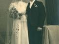 Datter af gårdmand Peder 'Vestergaard' Jeppesen, Ingeborg Jeppesen (g. Kristensen, 1917-2005) og husmand i Stenderup, Anders Jensen Kristensen (1916-1964) fotograferet på deres bryllupsdag i 1941.