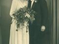 Datter af gårdmand Peder 'Vestergaard' Jeppesen, Hulda Jeppesen (g. Pedersen, 1922-2003) og arbejdsmand i Sørvad, Henry Pedersen (1919-1975) fotograferet på deres bryllupsdag i 1946.