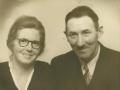 Gårdmand i Skold, Laurits Jacobsen (f. Lauritsen, 1896-1983) og hustru Karen Jensen Jacobsen (f. Rosleff, 1906-2001) fotograferet i begyndelsen af 1950'erne.