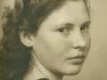 Anna Maria Jacobsen (1934-2016), datter af gårdmand i Skold, Laurits Jacobsen (f. Lauritsen, 1896-1983) og Karen Jensen Jacobsen (f. Rosleff, 1906-2001). Begyndelsen af 1950'erne.