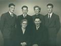Gårdmand i Skold, Laurits Jacobsen (f. Lauritsen, 1896-1983) fotograferet med sin hustru Karen Jensen Jacobsen (f. Rosleff, 1906-2001) og deres fire børn. Fra venstre: Verner, Ejner (1936-2009), Anna Maria (1934-2016) og Jens (1930-2008). Midten af 1950'erne.
