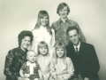 Husmand i Højbo, Henry Jeppesen (1925-2014) fotograferet med sin hustru Anna Maria Jeppesen (f. Jacobsen, 1934-2016) og deres fem børn. Bagest Bente og Henning, forrest fra venstre Sonja, Susanne og Britta. Begyndelsen af 1970'erne.