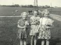 Tre små Troldtoft-kusiner, fra venstre: Gerda Troldtoft Jensen, Gunhild Troldtoft Jensen og Asta Gammelvind (1947-2010). For yderligere oplysninger, se menupunktet 'Vind i billeder' -> 'Månedens billede, juli 2014'.