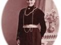 Andrea Jeppesen (1887-1966), datter af gårdmand i Bahr, Christian Mathias Jeppesen (1846-1932) og Ane Cathrine Jeppesen (f. Andersen, 1850-1910), selv gift med gårdmand i Vestergård, Peder Jeppesen (1869-1941). Årstal ukendt.