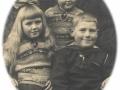 Børn af baneformand på Vind station, Jens Severin Jensen (1890-1961) og hustru, stationsforstander Karen Julie Jensen (f. Larsen, 1897-1972). Forrest sidder Bothilde Marie Jensen (g. Frydendal, 1923-1997) og Niels Peter Jensen (ændr. Øvind, 1922-1994). Bag dem står Ellen Kathrine Jensen (g. Mikkelsen, 1926-2014). Omkring 1930.