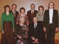 Gårdmand i Røjkærgård, Anders Jensen (1899-1991) og hustru Karen Jensen (f. Troldtoft, 1904-1993) fotograferet i forbindelse med deres guldbryllup i 1977. Stående bag dem fra venstre børnene Gunhild Troldtoft Søndergaard (f. Jensen), Mourits Troldtoft Jensen (1942-2007), Margrethe 'Grethe' Troldtoft Pedersen (f. Jensen, 1932-2014), Svend Troldtoft Jensen (1928-2010), Edith Troldtoft Mortensen (f. Jensen, 1936-2020) og Henning Troldtoft Jensen.