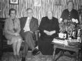 Maren Margrethe Troldtoft (f. Jacobsen, 1877-1973) fotograferet på sin 85-års fødselsdag i 1962. I sofaen til venstre sidder sognepræst Frederik Kristian Olesen Sigh (1907-1996) og hustru Nanny Julia Sigh (f. Nielsen, 1907-1996). I hjørnet til højre står fødselarens søster, Petrine Damgaard (f. Jacobsen, 1883-1975).