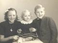 Tove, Gerda og Bjarne Troldtoft Jensen, ældste børn af gårdmand i Moesgård, Ulrik Valdemar Jensen (1911-2001) og hustru Helga Alvilde Jensen (f. Troldtoft, 1911-1997). Omkring 1950.