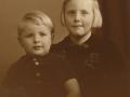 Tove og Bjarne Troldtoft Jensen, børn af gårdmand i Moesgård, Ulrik Valdemar Jensen (1911-2001) og hustru Helga Alvilde Jensen (f. Troldtoft, 1911-1997). Omkring 1945.