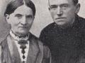 Gårdmand i Blåkjær, Anders Kjær (1859-1945) og hustru Ane Johanne 'Hanne' Kjær (f. Christensen, 1860-1940). Årstal ukendt. For yderligere oplysninger, se menupunktet 'Kender du historien om...' -> 'Kjærs åbne grav'.