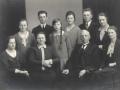 Gårdmand i Kirkegård, Karl J. Kirkegaard og hustru Karen Kirkegaard fotograferet med deres børn i midten af 1920'erne. Forrest fra venstre sidder Laura P. J. Kirkegaard (1911-1989), Karen Kirkegaard (f. Kjeldsen, 1877-1956), Karl J. Kirkegaard (1872-1952) og E. Kathrine J. Kirkegaard (1900-1975). Bagest fra venstre står Asta M. J. Kirkegaard (g. Nørsøller, 1913-1994), Kjeld A. J. Kirkegaard (1903-1983), Nina J. Kirkegaard (1915-1994), Esther M. J. Kirkegaard (1906-1981), Anders R. J. Kirkegaard (1905-1974), Johanne K. J. Kirkegaard (1901-1962).