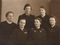Døtre af gårdmand i Kirkegård, Karl J. Kirkegaard (1872-1952) og hustru Karen Kirkegaard (f. Kjeldsen, 1877-1956), fotograferet i midten af 1930'erne. Forrest fra venstre sidder Asta M. J. Kirkegaard (g. Nørsøller, 1913-1994), Johanne K. J. Kirkegaard (1901-1962), Nina J. Kirkegaard (1915-1994) og E. Kathrine J. Kirkegaard (1900-1975). Bagest fra venstre sidder Esther M. J. Kirkegaard (1906-1981) og Laura P. J. Kirkegaard (1911-1989).