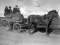 Bagest i vognen sidder gårdmand i Viholm, Mikkel Peder Lauritsen (1870-1947) og hans hustru Jensine Lauritsen (f. Pedersen, 1875-1956). Som kusk ses deres søn Laurits Lauritsen (1908-1989) og ved hans side angiveligt tjenestedrengen Andreas Sig Christensen (1927-2010). Omkring 1940.