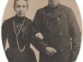Gårdmand i Viholm, Mikkel Peder Lauritsen (1870-1947) og Jensine Pedersen (g. Lauritsen, 1875-1956), formentlig fotograferet i forbindelse med deres bryllup i 1903.