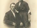 Gårdmand i Sønder Røjkjær, senere bosiddende i Holstebro, Bertel Madsen (f. 1890) og Mette Kristensen Madsen (f. Bragt, 1903-1957). Antageligvis fotograferet i tiden omkring deres bryllup i 1923.