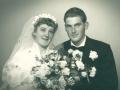 Verner Roslev Jacobsen og Anna Mikkelsen (g. Jacobsen) fotograferet på deres bryllupsdag i 1956. Han søn af gårdmand i Skold, Laurits Jacobsen (f. Lauritsen, 1896-1983) og Karen Jensen Jacobsen (f. Rosleff, 1906-2001), hun datter af gårdmand i Højbjerg, Mikkel Peder Mikkelsen (1888-1981) og Andrea Marie Mikkelsen (f. Rasmussen, 1897-1956).