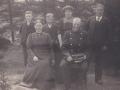 Sognefoged, landpost og husmand i Vildkilde, Johannes Mikkelsen (1858-1930) fotograferet med sin hustru Ane Marie Mikkelsen (f. Kristiansen, 1865-1947) og fire af deres fem børn. Stående fra venstre ses Daniel Mikkelsen (1899-1976), Kristian Mikkelsen (1897-1975), Andersine Pouline (g. Bilgrav, 1892-1974) og Mikkel Peder Mikkelsen (1888-1981). Fraværende er datteren Sidsel Ciliane (g. Egebjerg, 1894-1969). Omkring 1910.