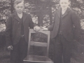 Fra samme fotoserie som foregående familiebillede, brødrene Kristian Mikkelsen (1897-1975) til venstre og Daniel Mikkelsen (1899-1976) til højre. Omkring 1910.