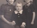 Børn af husmand i Vildkilde, Daniel Mikkelsen (1899-1976) og Anine Kirstine Marie Mikkelsen (f. Nielsen, 1907-1997). Fra venstre Gudrun Johanne Mikkelsen (g. Laursen, 1929-2003), Bendt Aage Mikkelsen og Lilly Elisabeth Mikkelsen (g. Kamp). Omkring 1940.