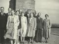 11 søskende fra Gosmer, børn af gårdmand Peder Blaabjerg Nielsen (1869-1938) og hustru Johanne Kathrine Nielsen (f. Christensen, 1881-1920). Årstal ukendt. For yderligere oplysninger, se menupunktet 'Vind i billeder' -> 'Vi behøver din hjælp, oktober 2017'.